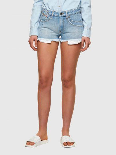 מכנסי ג׳ינס קצרים בצבע כחול בהיר בגזרת גובה מותן ואורך בינוניים. המכנסיים נסגרים ברוכסן וכפתור וכוללים ארבעה כיסים והכיס ׳החמישי׳ של דיזל עם לוגו