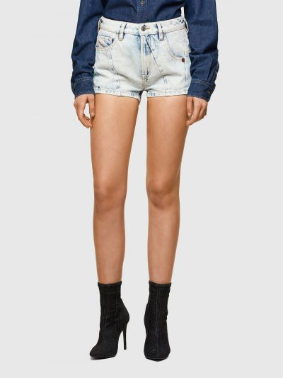 מכנסי ג׳ינס קצרים בצבע תכלת בגזרת גובה מותן ואורך בינוניים. המכנסיים נסגרים ברוכסן וכפתור וכוללים ארבעה כיסים והכיס ׳החמישי׳ של דיזל עם לוגו המות