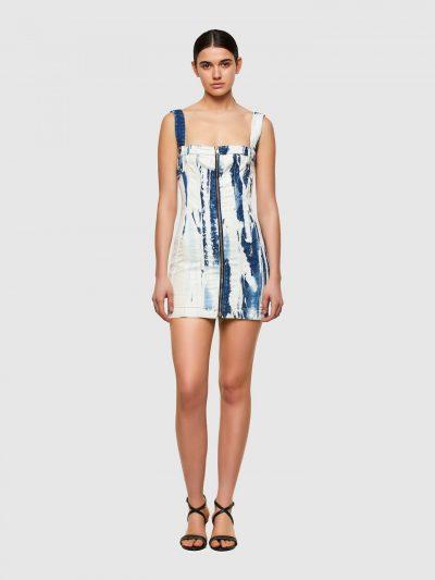 שמלת ג'ינס מיני, בגזרה צרה ובגוונים של לבן, קרם ובז', בסגירת רוכסן דו כיווני לכל האורך ועם כתפיות מתנתקות. השמלה נתפרה משילוב של 3 סוגי ג'ינס שונ