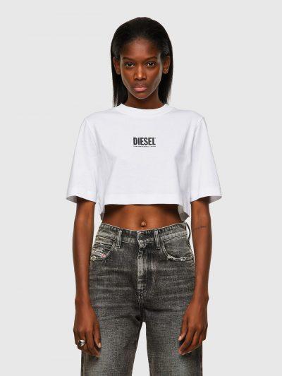 חולצת טי, שרוולים קצרים, צבע לבן, גזרת קרופ, הדפס שחור של לוגו דיזל קטן בחזה