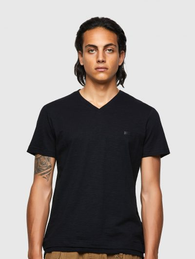 חולצת טי, צבע שחור, לוגו שחור, צווארון וי, עשויה בד כותנה עם טקסטורה