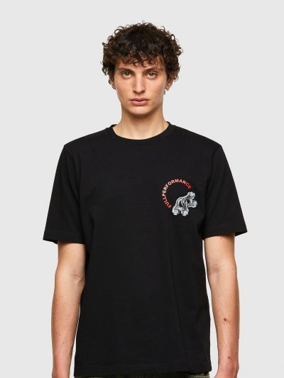 חולצת טי, שרוולים קצרים, צבע שחור, הדפס גדול של מנעולים וכיתוב אדום בצד האחורי, אותו הדפס קטן בצד הקדמי
