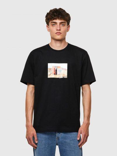 חולצת טי, שרוולים קצרים, צבע שחור, הדפס מקדימה של צילום צריף על חוף ים