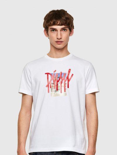 חולצת טי, שרוולים קצרים, צבע לבן, הדפס צילום ומעליו שם המותג באותיות אדומות