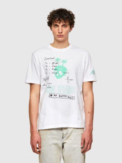 חולצת טי, שרוולים קצרים, צבע לבן, הדפס כיתוב בכתב יד ואיור גולגולת עם עצי דקל, פאץ׳ לוגו על השרוול