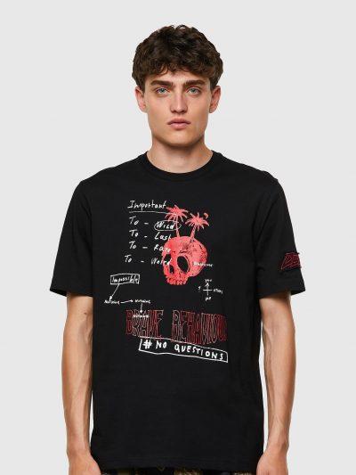 חולצת טי, שרוולים קצרים, צבע שחור, הדפס כיתוב בכתב יד ואיור גולגולת עם עצי דקל, פאץ׳ לוגו על השרוול