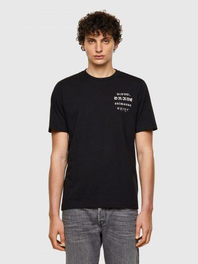 חולצת טי, שרוולים קצרים, צבע שחור, הדפס של המילה אמיץ בשפות שונות כולל עברית, עשויה בד ממוחזר