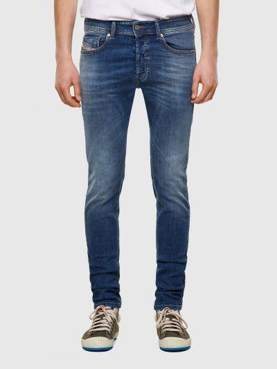 מכנסי ג'ינס בגזרת סקיני (צמודים לכל אורך הרגל) ונמוך, בצבע כחול בהיר בסגירת כפתורים, עשוי מבד ג'ינס אלסטי. על החגורה מאחור, פאץ' עור עליו מוטבע ל
