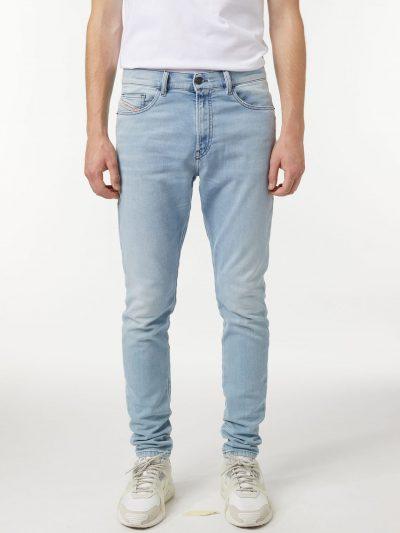 ג׳ינס, גזרת סקיני, צבע כחול בהיר, בד ג׳וג ג׳ינס נעים ורך, פאץ׳ שחור מאחור, האות D רקומה על הכיס האחורי בצבע שחור