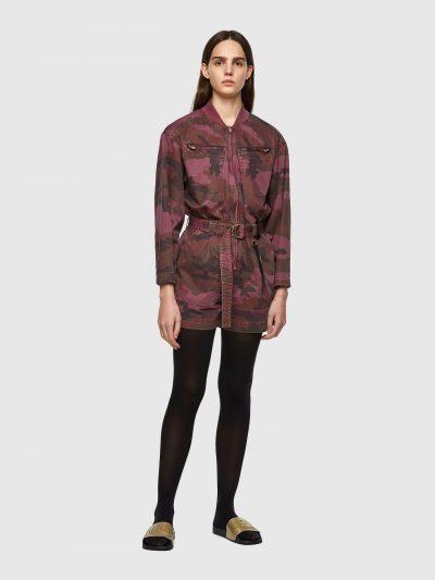 אוברול, מכנסיים קצרים, שרוולים ארוכים, בד בהדפס הסוואה בגווני סגול וחום, רוכסן במרכז החזה, חגורה עבה, סגנון צבאי
