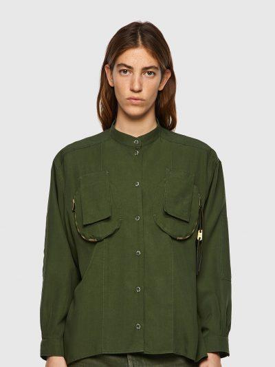 חולצה מכופתרת, שרוולים ארוכים, צבע ירוק זית, גזרה משוחררת, כיסים תלת מימד, פאץ׳ במרפקים