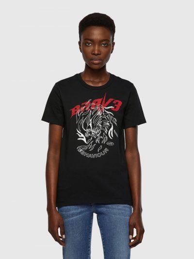 חולצת טי, שרוולים קצרים, צבע שחור, הדפס גדול בחזה של איור נשר בצבע לבן וכיתוב בצבע אדום