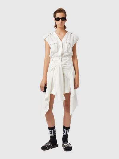 שמלה, צבע לבן, מכופתרת, ללא שרוולים, לחלק התחתון מחוברת חולצה גברית שאפשר לקשור את שרווליה סביב המותן, צווארון וי, כותפות