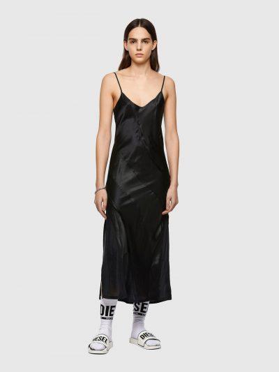 שמלה באורך מקסי, צבע שחור, כתפיות דקות, גזרת סליפ, עשויה שלושה בדי תערובת משי תפורים אחד לשני באלכסון