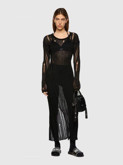 שמלה ארוכה, שרוולים ארוכים, בד סריג שחור, רכבות וקרעים בבד, שסע קטן מאחור
