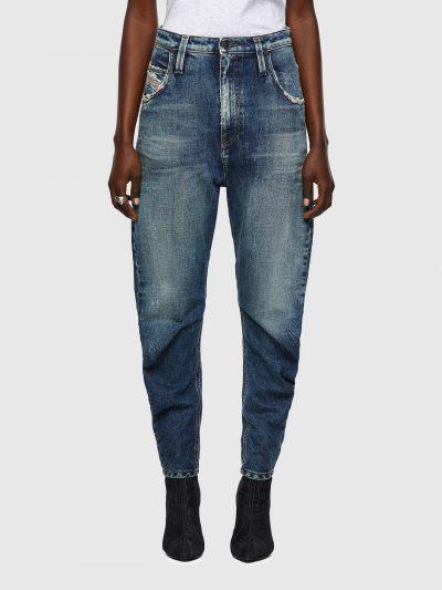 מכנסי ג׳ינס, צבע כחול, גזרת בויפרנד, רחב בירכיים וצר בקרסוליים