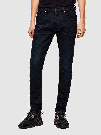 ג׳ינס שחור, גזרה צרה וישרה, משוחרר במפשעה, נהיה צר יותר מהברכיים ומטה