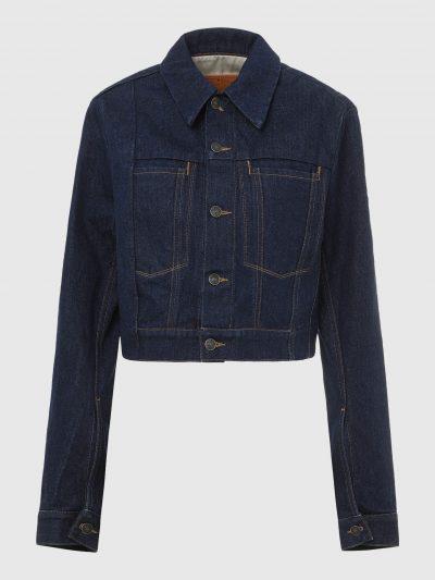 ג'קט ג'ינס בגזרה קצרה א-סימטרית, בצבע כחול כהה. בחלקו הפנימי על העורף, טלאי עור בצבע טבק עם לוגו המותג.