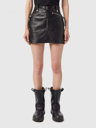 חצאית עור, צבע שחור, אורך מיני, סגירת רוכסן כסוף, רוכסנים כסופים בכיסים, לולאות לחגורה