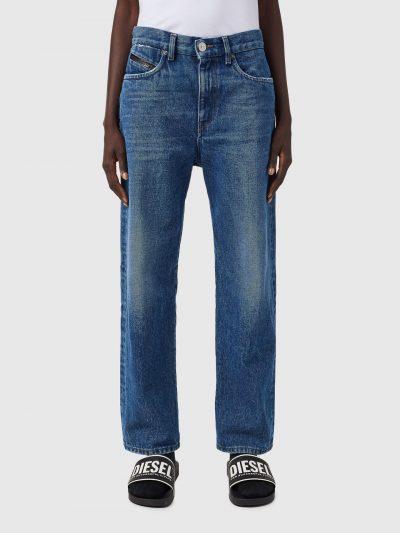 ג׳ינס, גזרת בויפרנד משוחררת, צבע כחול, פאץ׳ עור שחור מאחור ופס עור על הכיס החמישי הקטן מקדימה