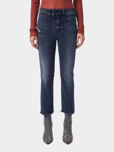 ג׳ינס אלסטי בצבע כחול כהה בגזרה גבוהה עם סגירת שני כפתורים בחגורה וכיסים קדמיים קטנים שתפורים על גבי הג׳ינס. הג׳ינס צמוד בירכיים ומתרחב מהברכיים